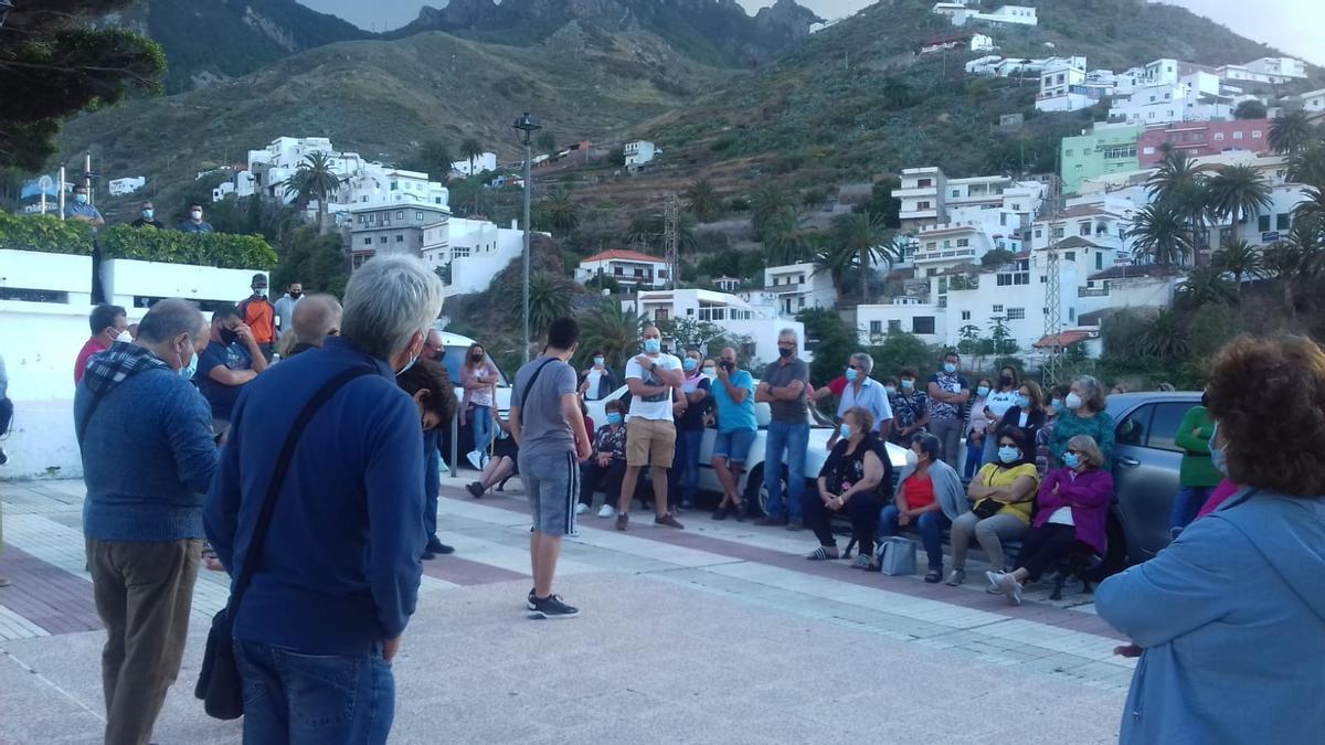 Momento de la reunión celebrada en la plaza de Las Nieves por vecinos de Taganana y Almáciga.