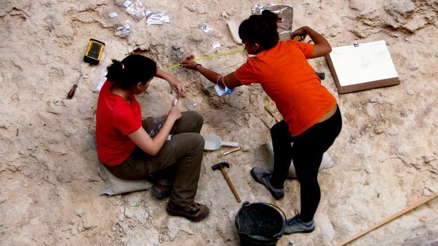 Les excavacions a l'Abric Romaní de Capellades revelen l'estada de caçadors de cérvols fa 60.000 anys