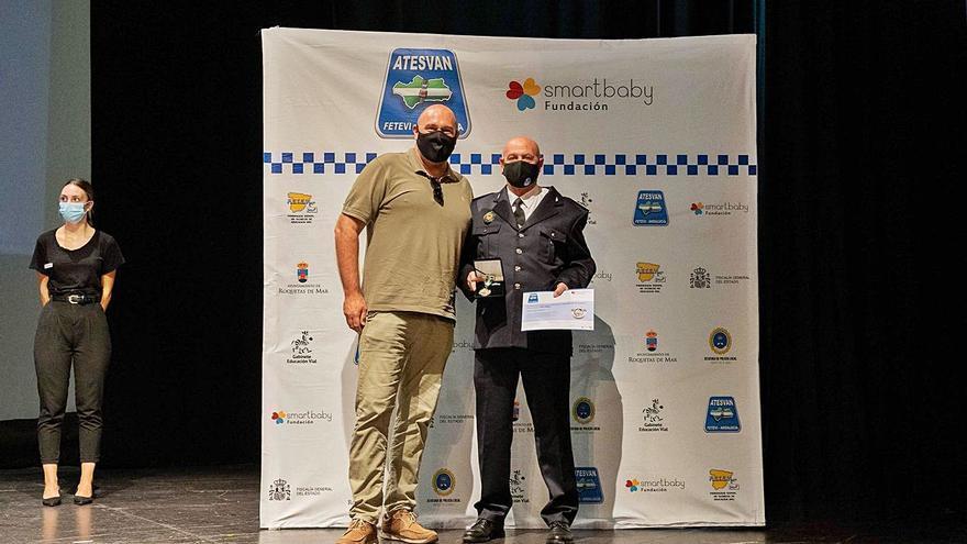 José López recibe un premio de Educación Vial