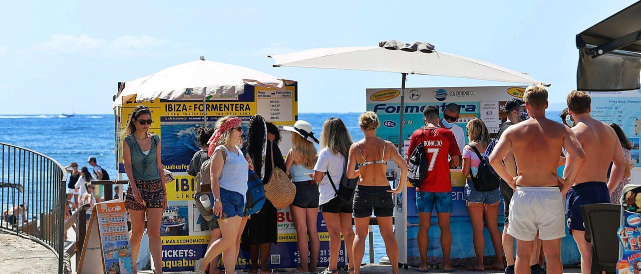 Un grupo de turistas se interesa en Platja d'en Bossa por excursiones marítimas, el pasado julio.