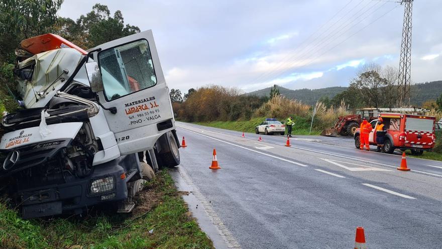 Un camionero herido tras sufrir una salida de vía, en Catoira