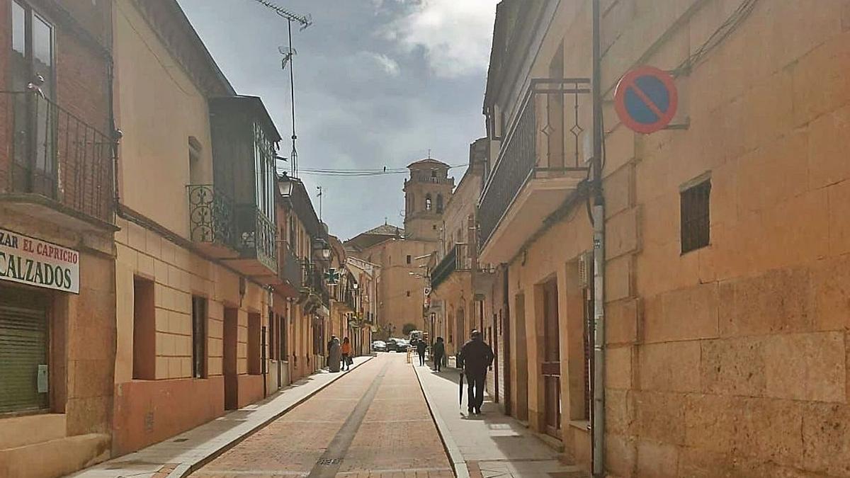 Vista de la céntrica calle Iglesia de Fuentesaúco en una imagen tomada ayer. | Cedida