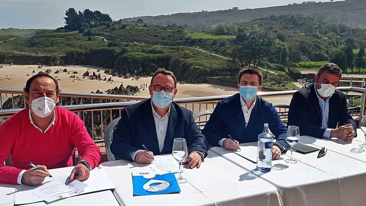 De izquierda a derecha, Javier Garaña, José Luis Yzuel, José Luis Álvarez Almeida y José Alberto Concha, ayer, en el Mirador de Toró, durante la firma del documento de integración de las asociaciones.   Eva San Román