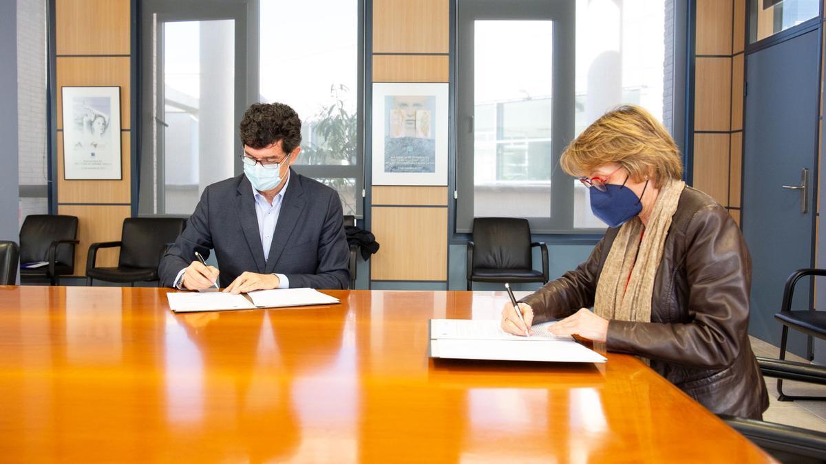 Firma del convenio de becas Fobesa y UJI.