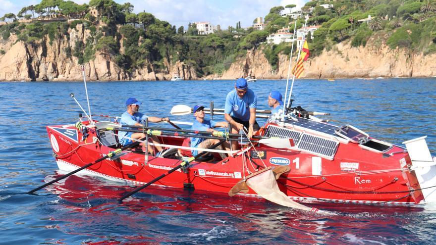 Una barca ecològica recull microplàstics de Portbou a Blanes