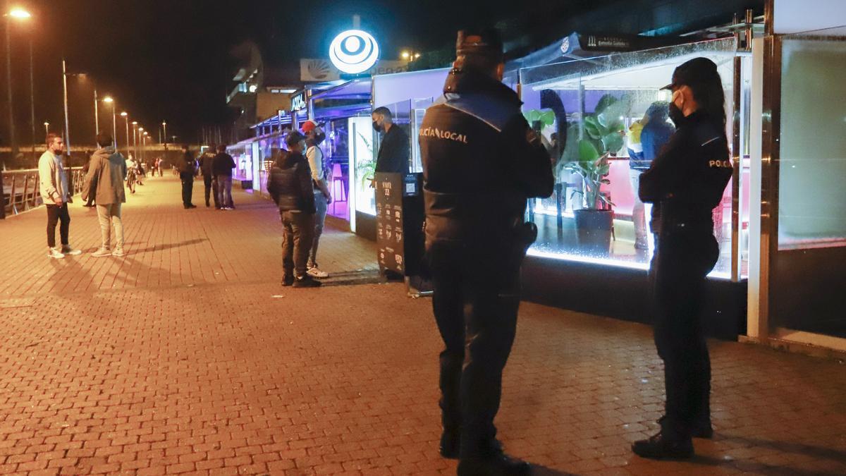 Dos agentes de Policía Local pasean por el Puerto de Sanxenxo