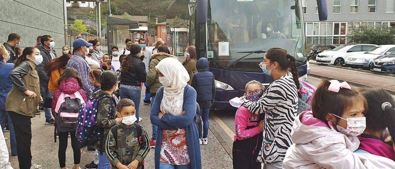 Protesta de los padres ante el autobús escolar, con Fátima Lamoulda y Julia Pola, con sus hijos, en primer término.