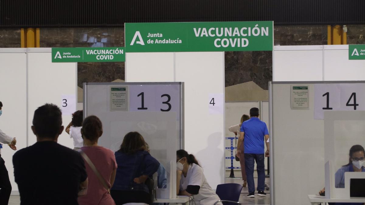 Vacunación masiva en el Palacio de Ferias de Málaga