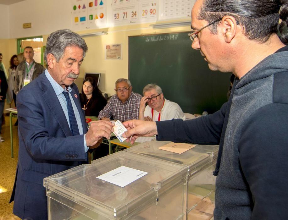 Miguel Ángel Revilla, presidente de Cantabria, en el momento de votar.