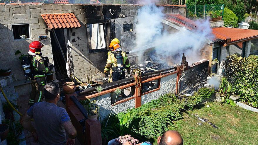 Un incendio calcina el interior de una casa vacacional en Rabáns, en Vilanova