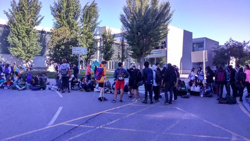 Els estudiants buiden les aules i tornen a tallar el trànsit a Manresa