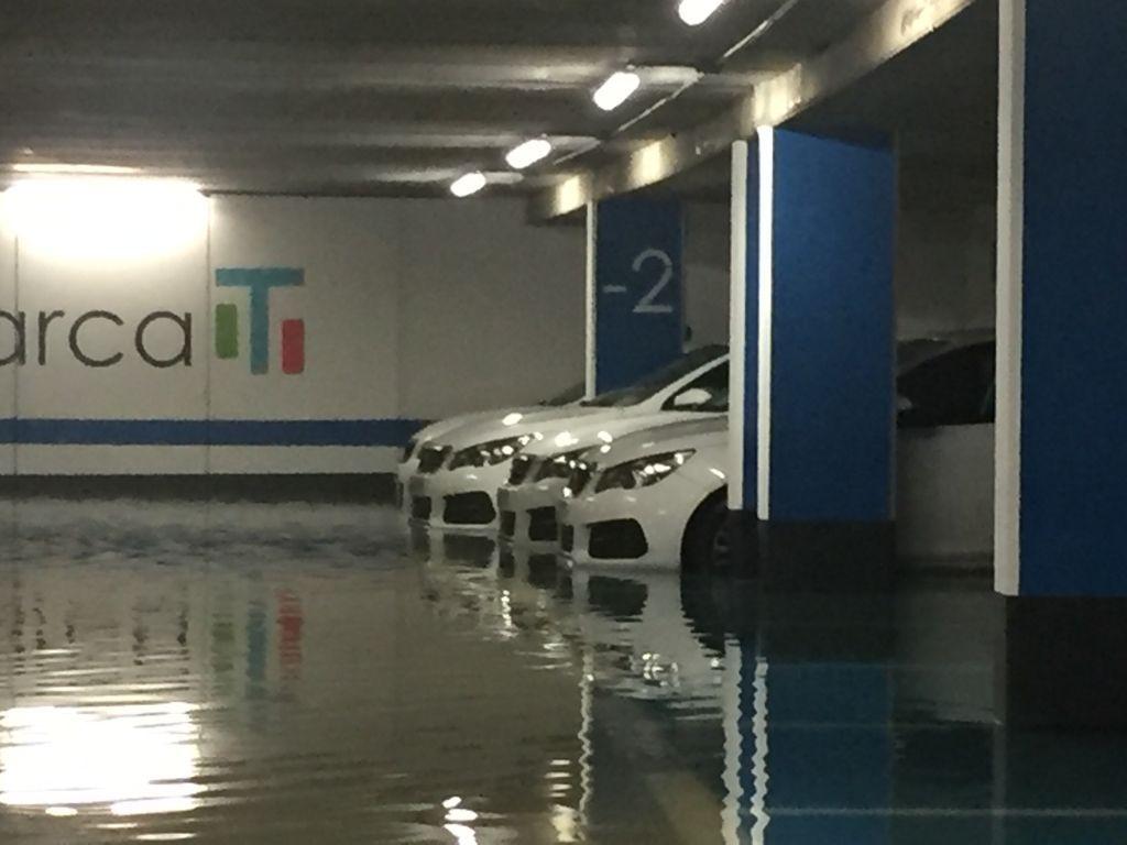 Inundaciones en los párkings de Juana de Vega y Cantones