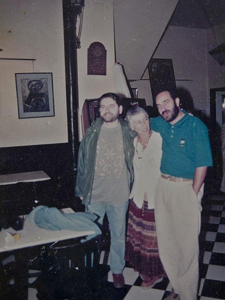 El cantautor, junto a sus amigos Marga Sancho y Helios Pandiella, en 1996, en uno de sus locales de hostelería, El Cafetón, en El Entrego.