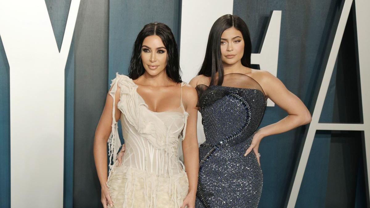 Kylie Jenner junto a hermana Kim Kardashian, esposa de Kanye West