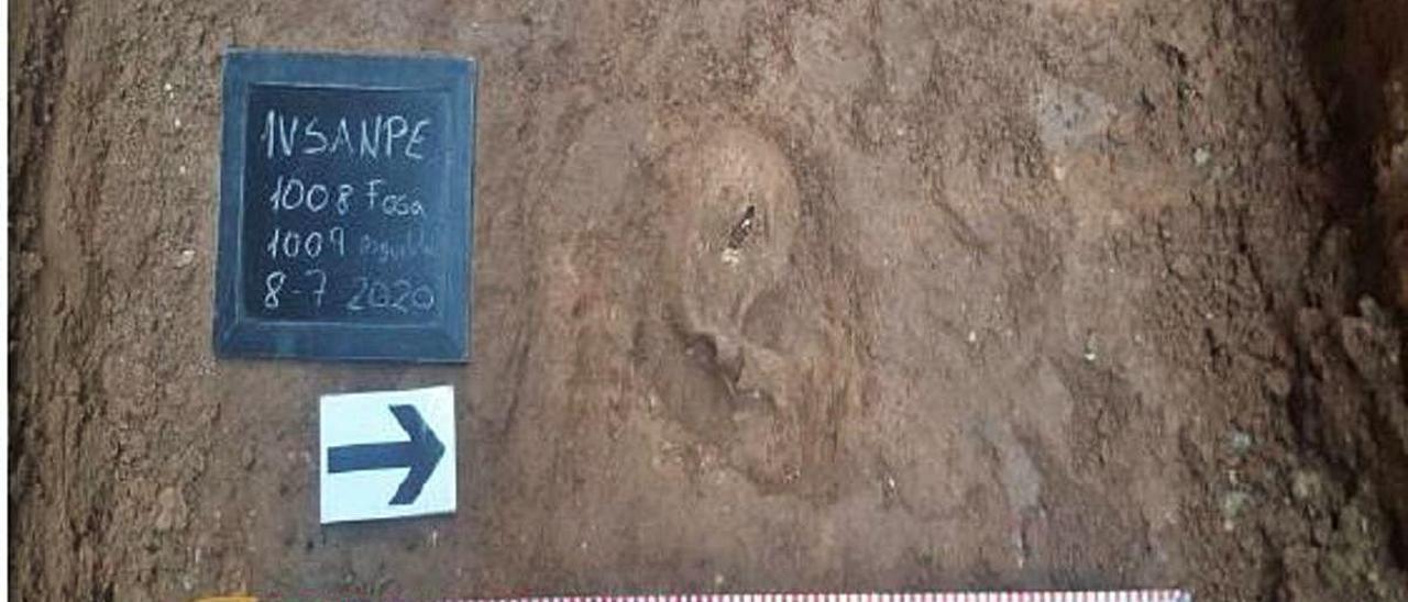 Uno de los miembros del equipo de arqueólogos trabaja en una tumba.