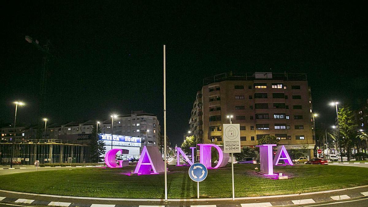 Día contra la violencia machista Gandia se iluminan de violeta | ÀLEX OLTRA