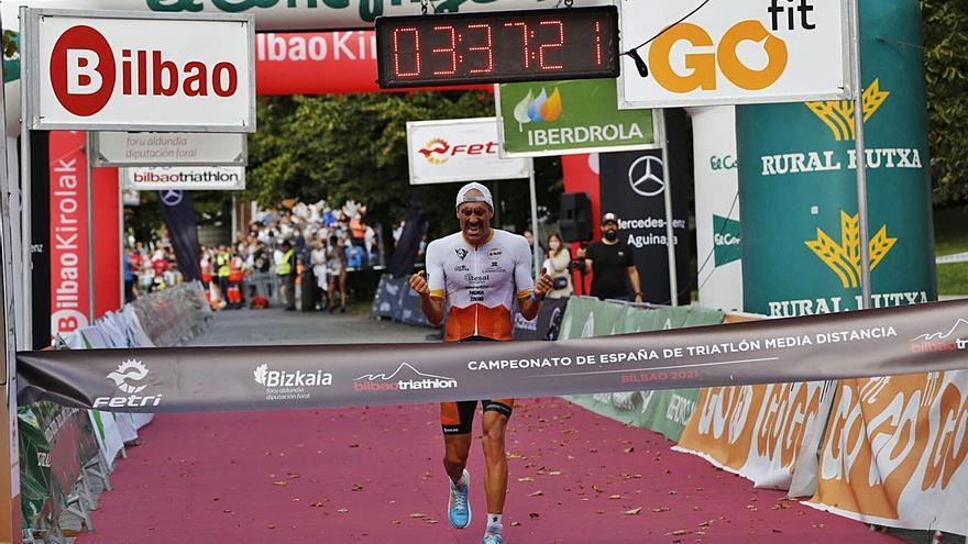 El godellense Emilio Aguayo vence en el nacional de triatlón de media distancia