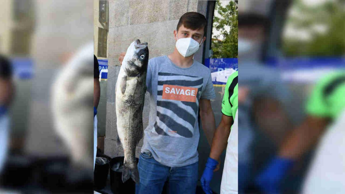 El joven pescador con la lubina de 3,2 kilogramos. // G. Santos