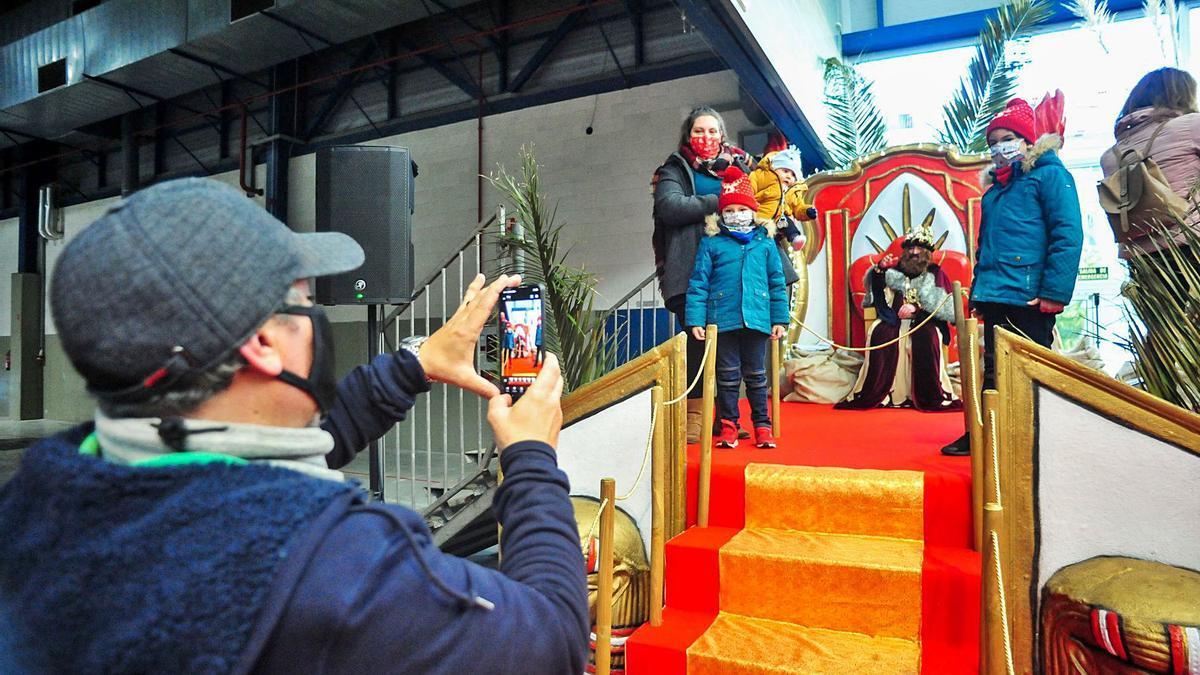 La recepción de los Reyes Magos en el recinto vilagarciano de  Fexdega. |   /IÑAKI ABELLA