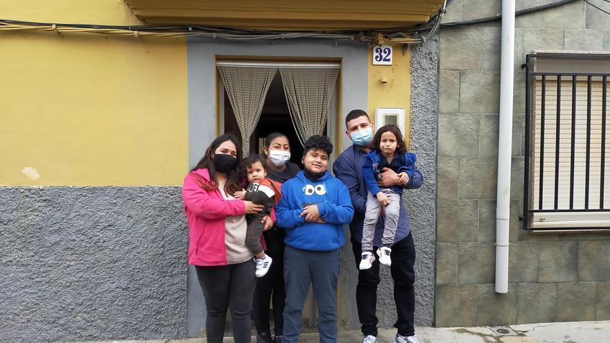 La Torre d'en Doménec recibe a sus 'salvadores': la familia se instala ya al completo en el pueblo