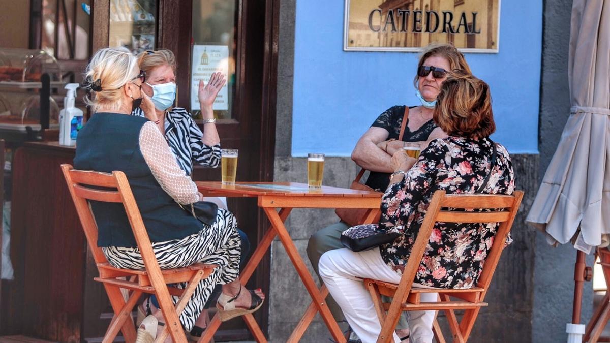 Un grupo de mujeres charla en el exterior de un establecimiento de Tenerife.