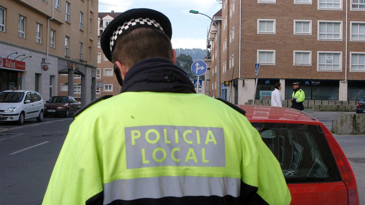 Un agente de la Policía Local de Cambre, en A Barcala.