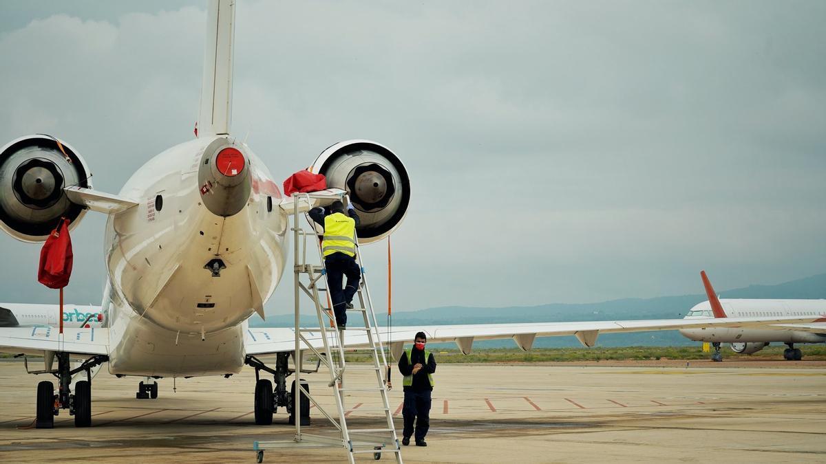 Dos operarios trabajan en el aeropuerto de Castellón
