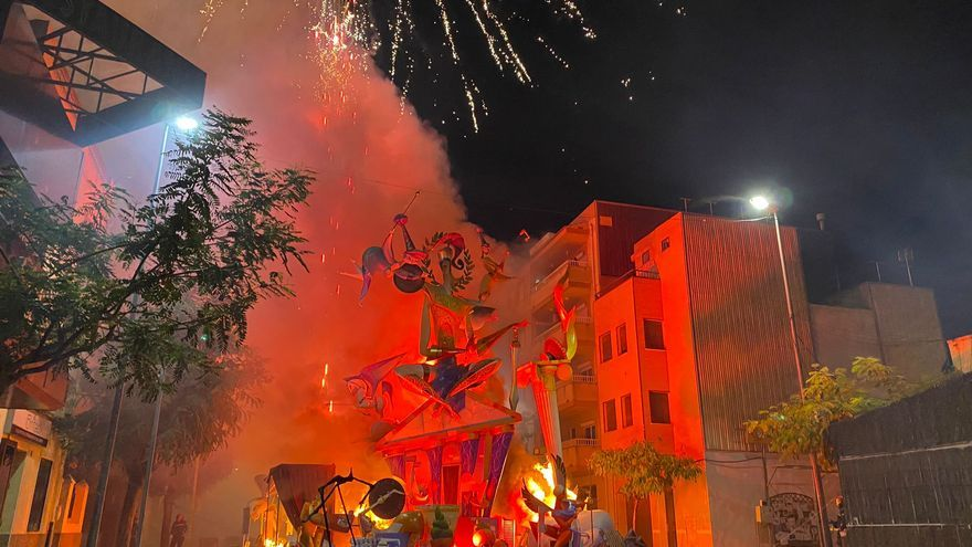 La falla Benicarló empieza a ser pasto de las llamas