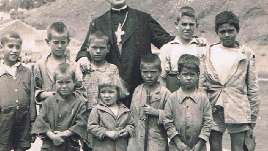 El escritor Juan José Mendoza presenta 'A orillas del Guiniguada', una novela laminada sobre el obispo Antonio Pildain