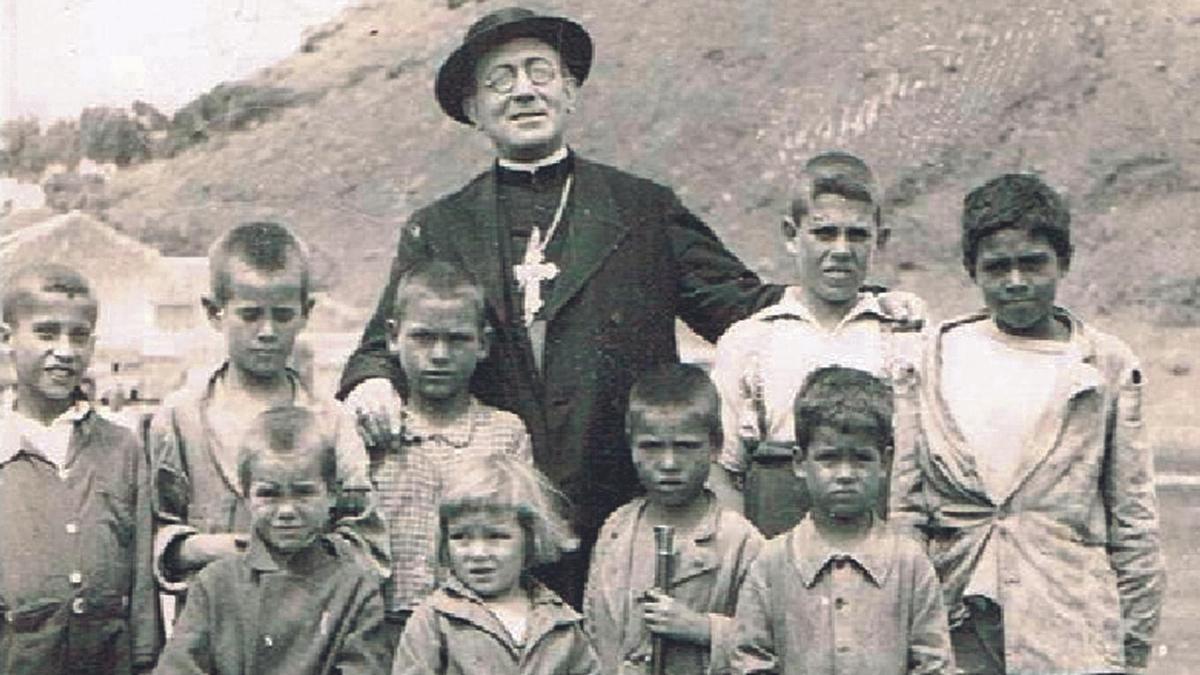 El obispo Pildain rodeado de niños