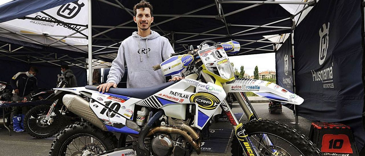 Carlos Moreiras, ayer con su montura en el paddock del Campeonato de España. |  // BERNABÉ/JAVIER LALÍN
