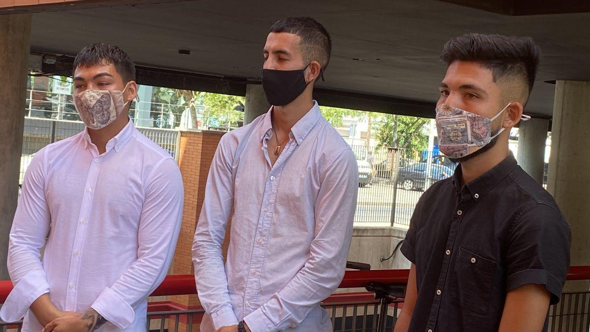 Los tres jóvenes, este miércoles en la puerta del despacho de su letrado.