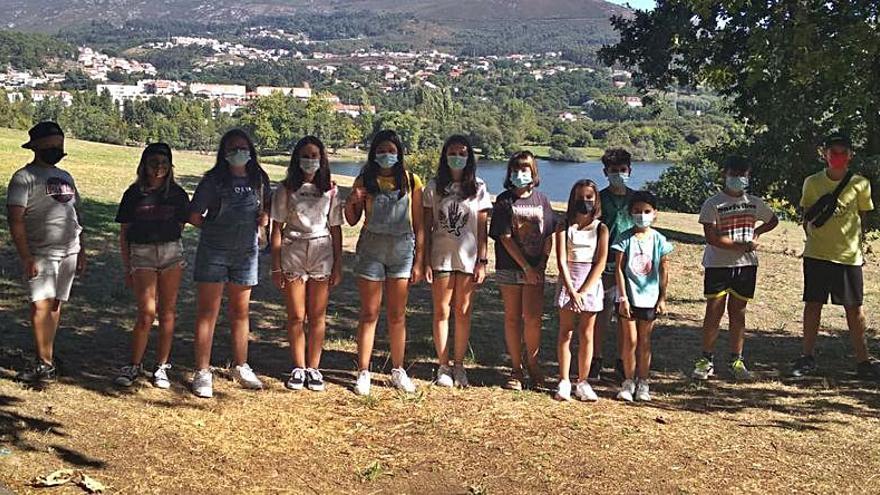 Jóvenes de Tomiño cuidan el medio ambiente participando en una jornada de recogida de basura