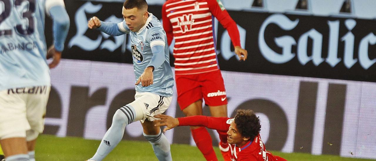 Iago Aspas regatea a Luis  Milla en presencia de Luis  Suárez durante el partido del  pasado domingo ante el  Granada.   | // RICARDO GROBAS
