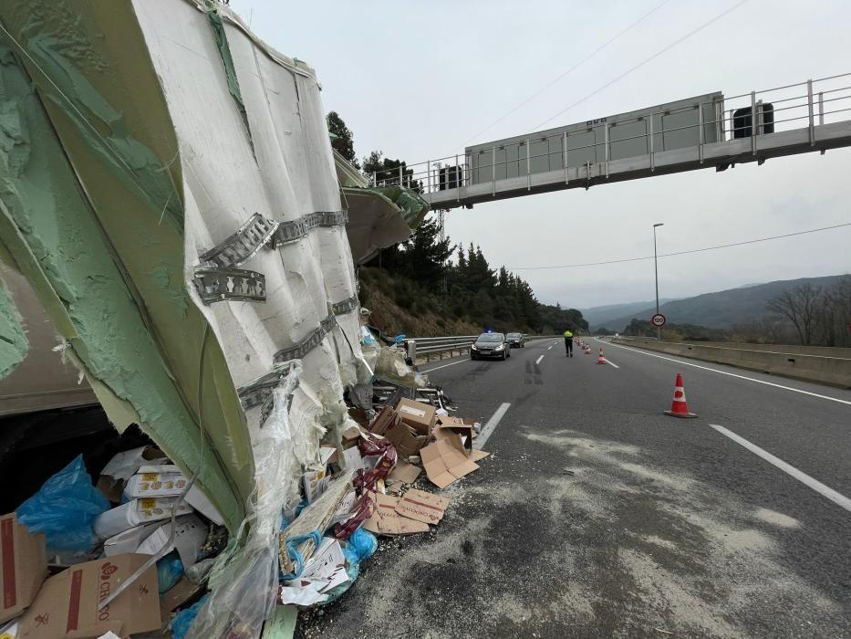 Un dels camions implicats en l'accident, encara esperant ser retirat