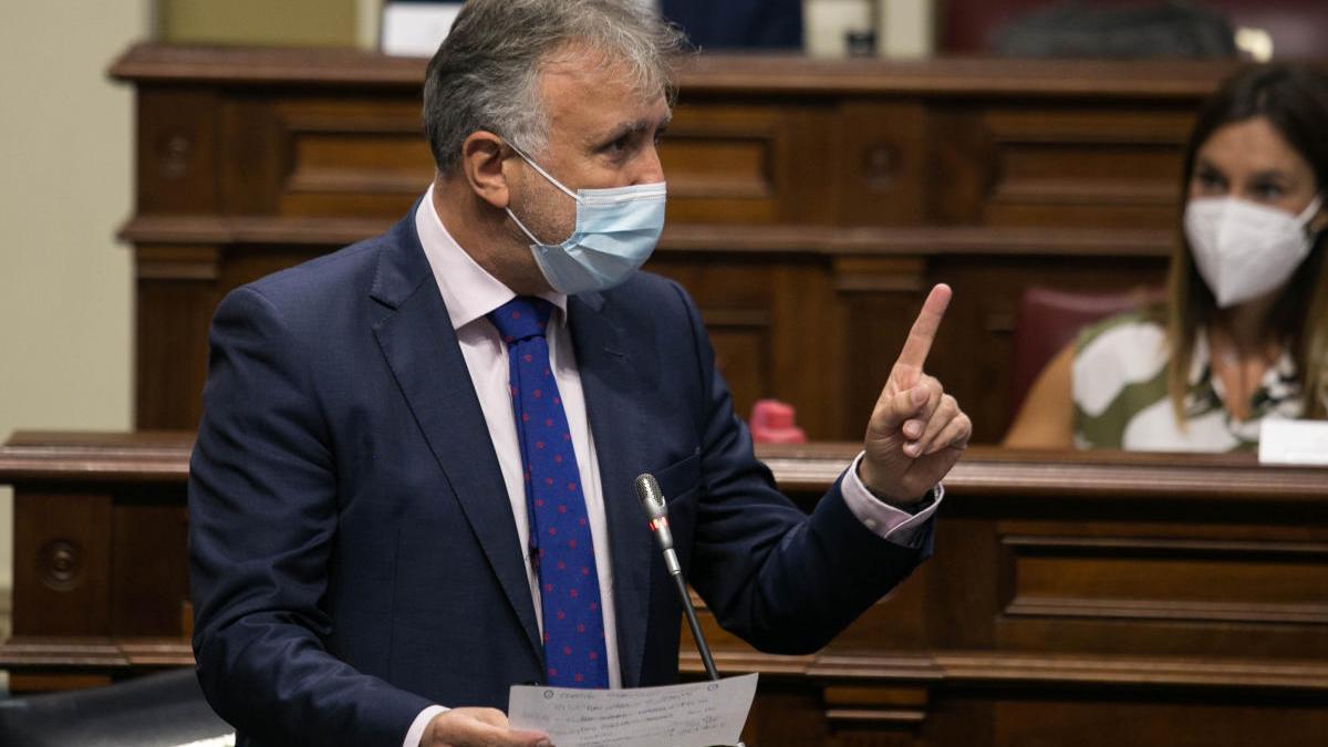 Ángel Víctor Torres habla en una sesión parlamentaria.
