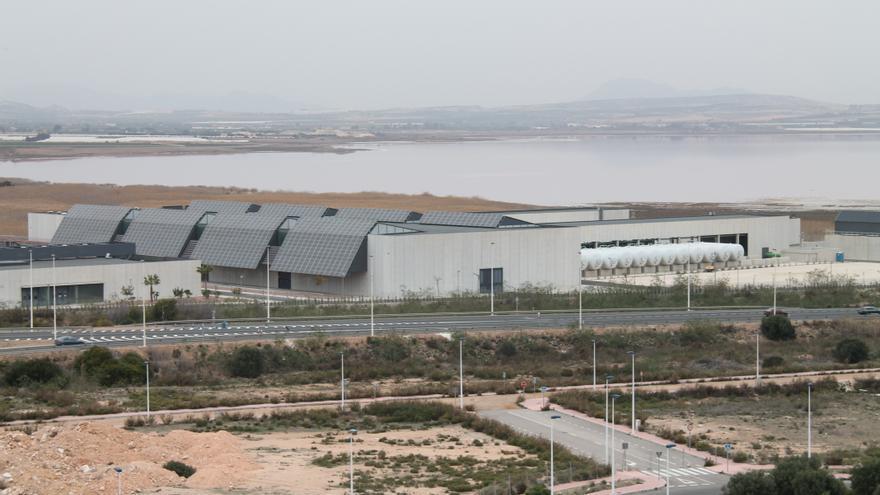 La CHS propone conceder la mayor parte del agua de la desalinizadora de Torrevieja al Campo de Cartagena y se la niega a cinco comunidades de regantes de la Vega Baja
