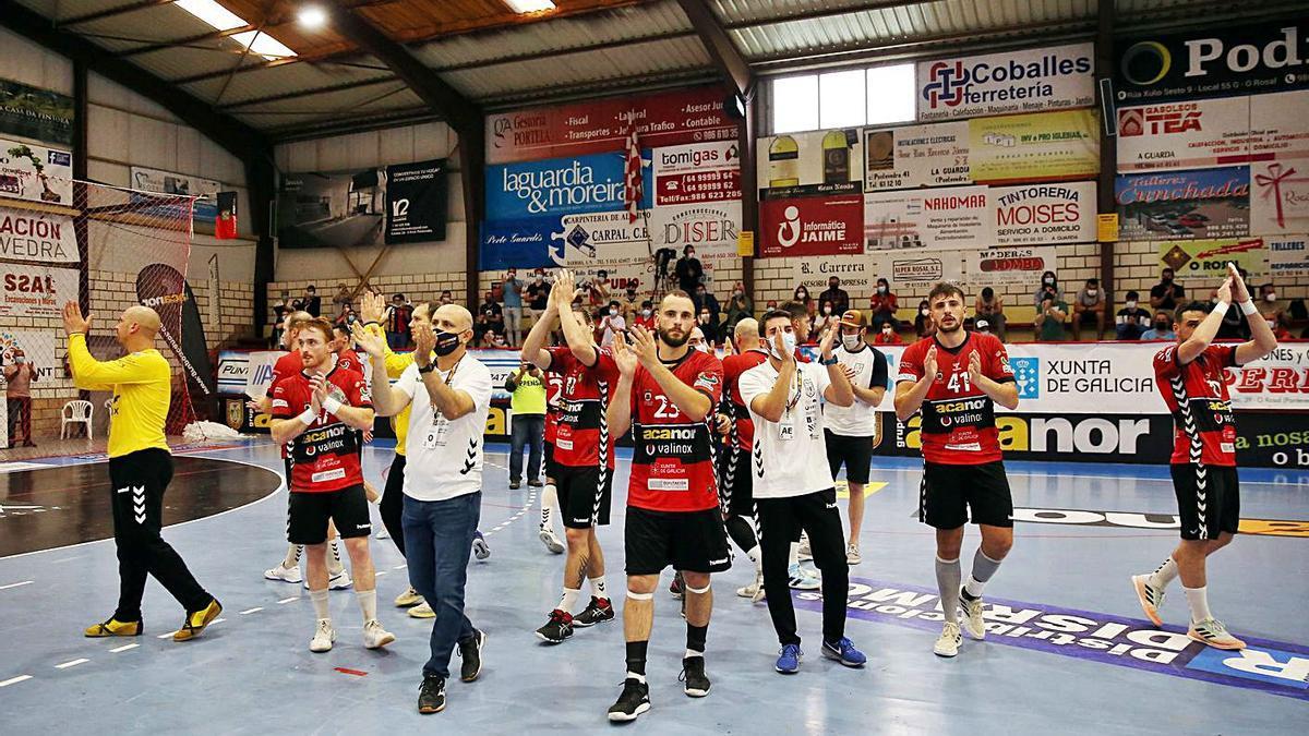 Los jugadores del Acanor Valinox Novás se despiden de su público en el último encuentro. // MARTA G.BREA
