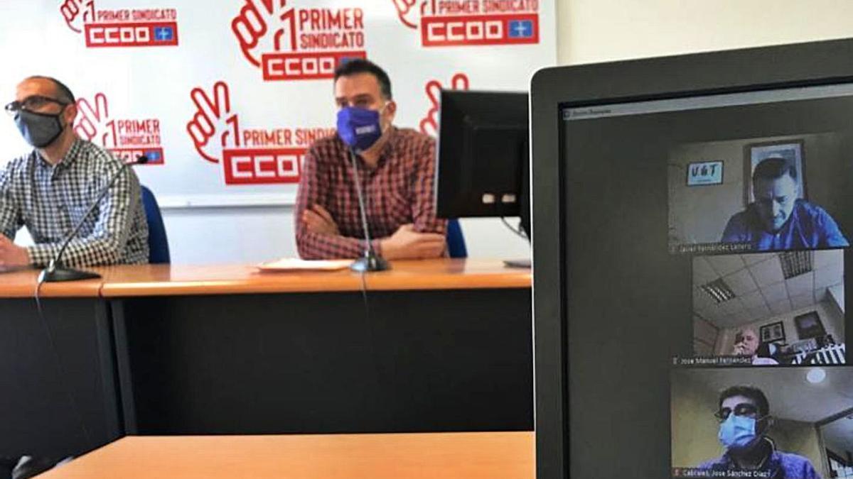 En la mesa, Damián Manzano y José Manuel Zapico, de CC OO; en la pantalla, algunos de los responsables municipales y sindicales participantes en la reunión telemática.