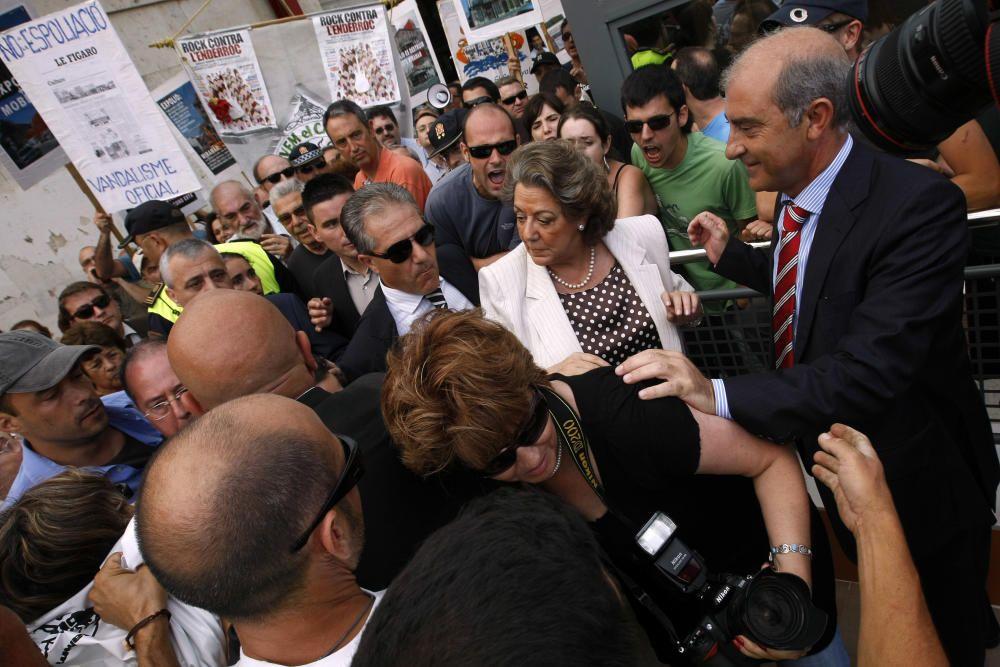 2007. Protesta vecinal rodea a Rita Barberá durante la inauguración de un parking en el Cabanyal. F. Montenegro