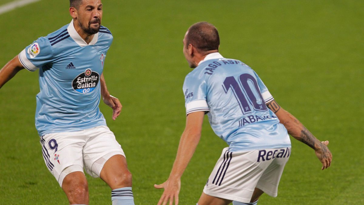 Iago Aspas celebra con Nolito el primer gol.