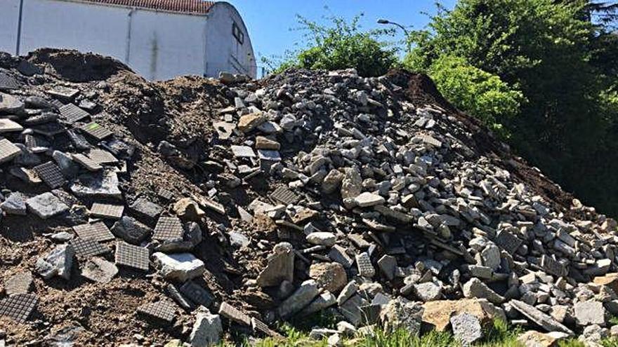 EU denuncia acumulación de escombros junto a la calle Río Gándara en A Barcala