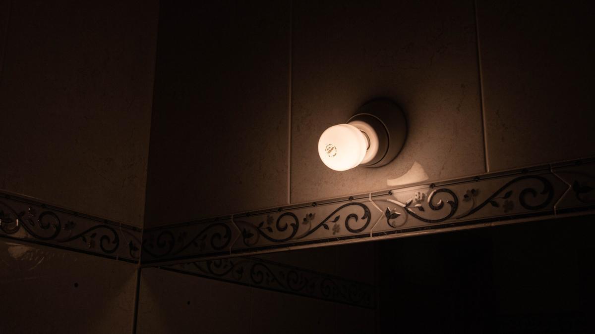 Una lámpara se mantiene encendida en el interior de una casa.