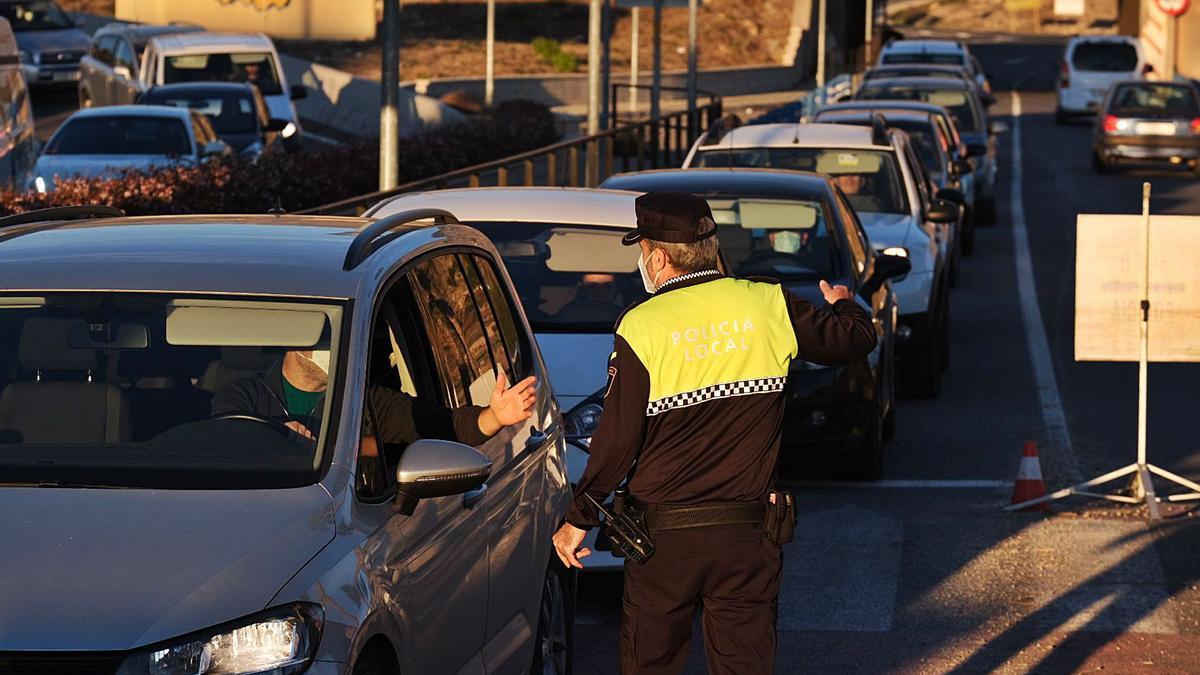 Los controles policiales para entrar y salir de Elda y Petrer se desmantelarán a partir de la madrugada del viernes al sábado. | ÁXEL ÁLVAREZ