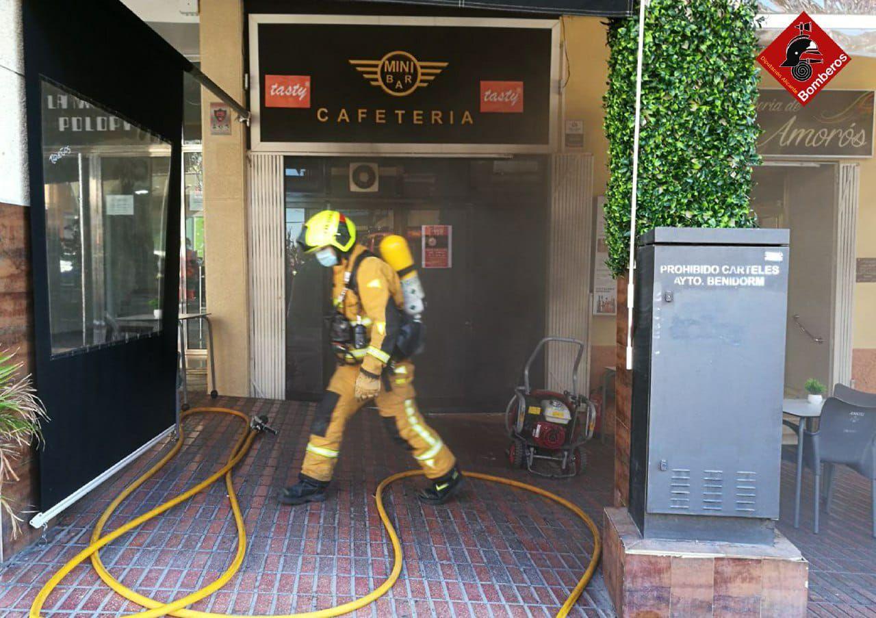 Una freidora eléctrica provoca un incendio en una cafetería de Benidorm
