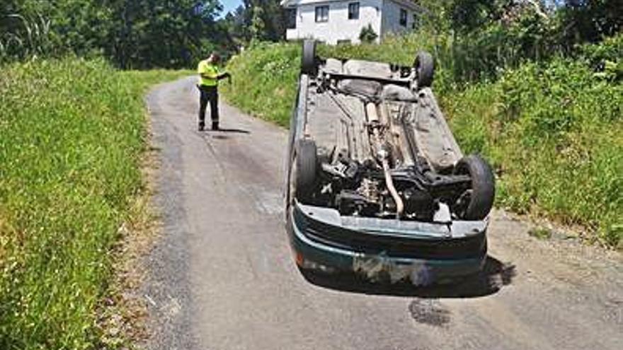 Vuelca tras atropellar a un jabalí, y accidentado con un tractor
