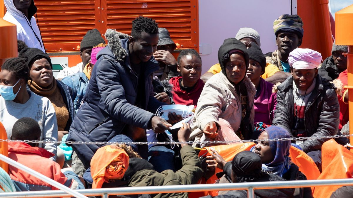 Salvamento rescata a 40 inmigrantes en una patera a 92 km de Gran Canaria