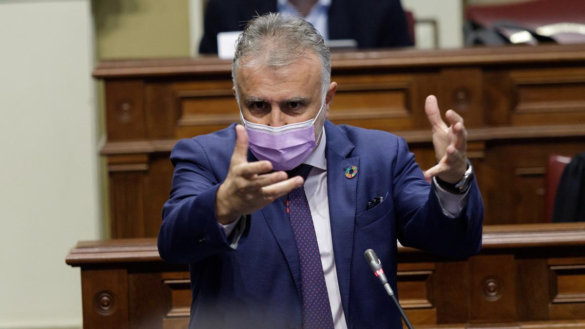 El presidente del Gobierno canario, Ángel Víctor Torres, en el Parlamento.