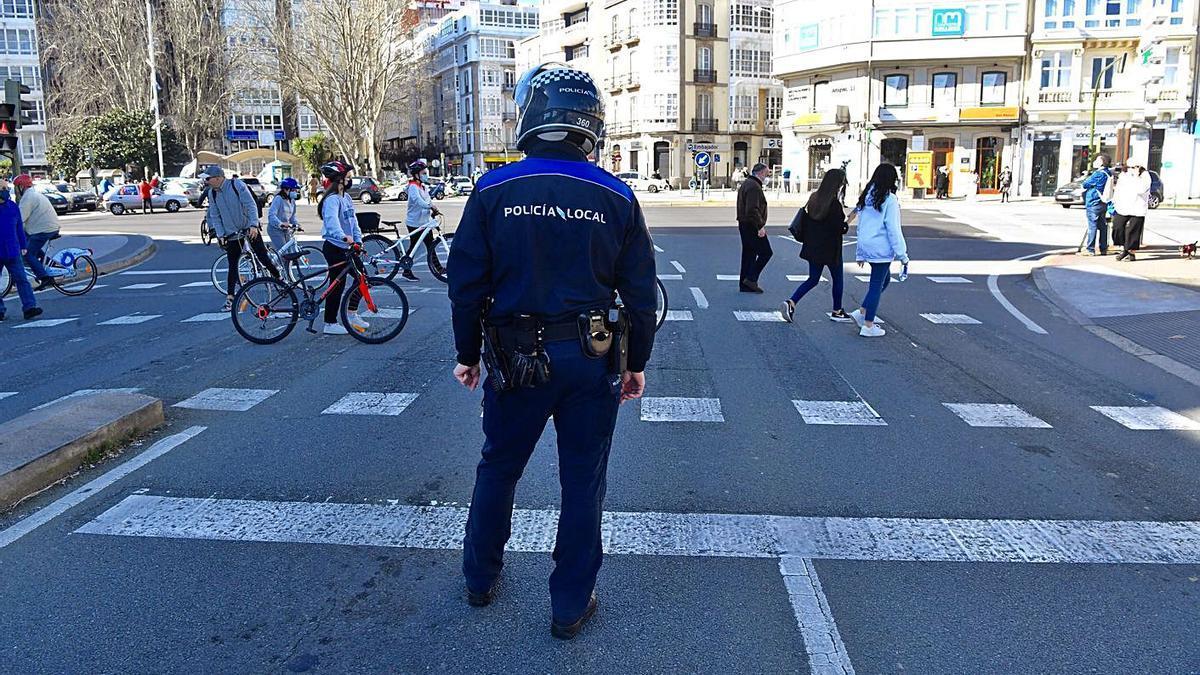 Un agente de Policía Local, en la plaza de Ourense.     // CARLOS PARDELLAS