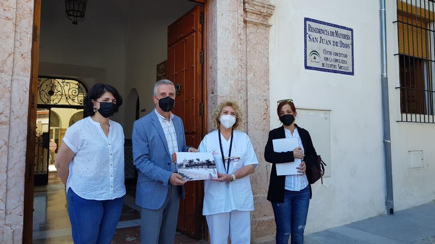 El Ayuntamiento de Lucena entrega láminas históricas a los mayores de las residencias